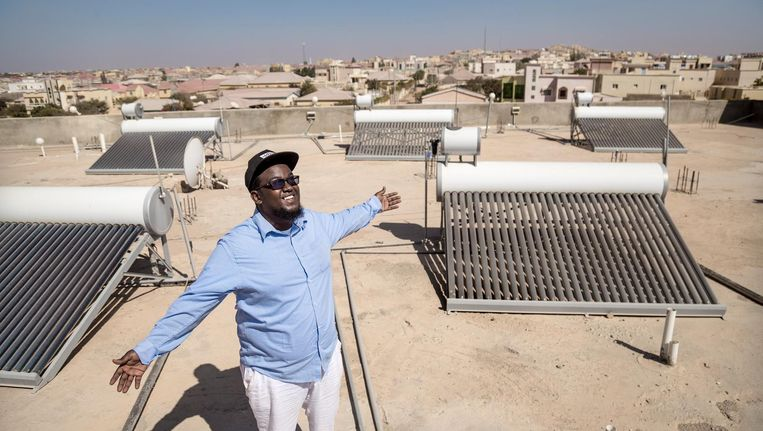 Abdihakim Mohamed. Stroom uit zonlicht gaat het snelgroeiende zakenhotel Mansoor veel geld besparen. 'Energie is in Somaliland twintig keer zo duur als in Nederland.' Beeld null