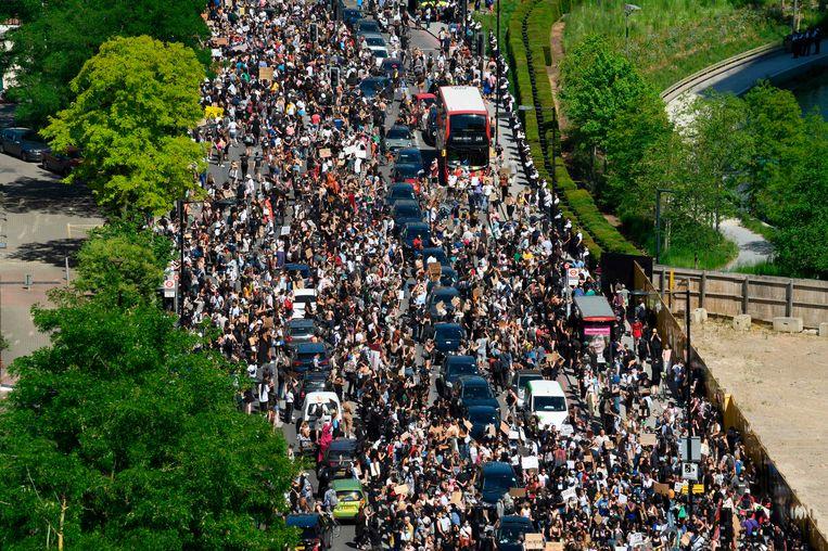Demonstranten in Londen verzamelen zich bij de Amerikaanse ambassade om te demonstreren tegen politiegeweld en racisme. Beeld AFP
