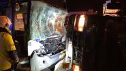 Twee gewonden door crash tussen bestelwagen en lijnbus