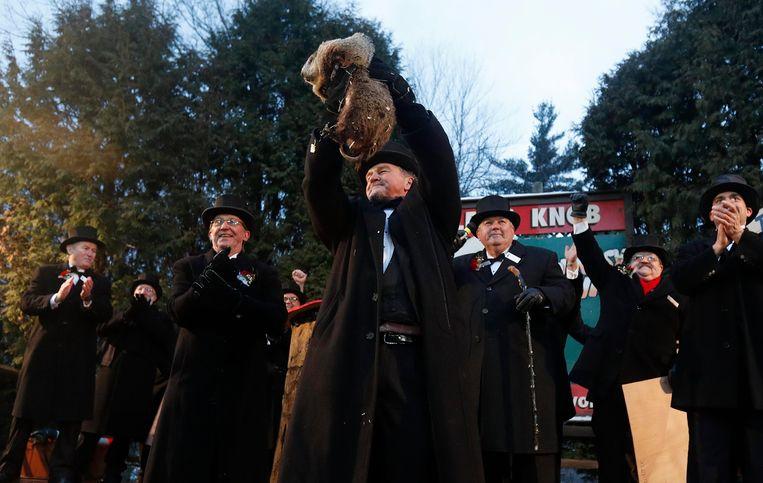 Groundhog Clublid John Griffiths toont de weersvoorspellende marmot aan het publiek tijdens de Groundhog Day-viering in Punxsutawney, Pennsylvania.