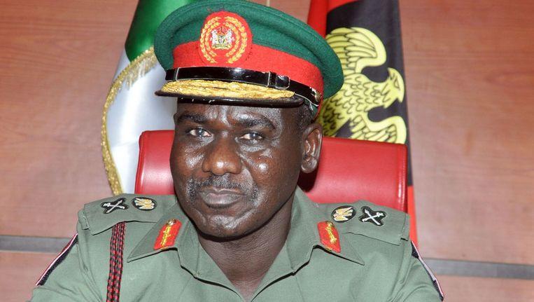 De Nigeriaanse legerchef Tukur Buratai, die onlangs zelf nog werd beschoten door leden van terreurgroep Boko Haram. Beeld afp