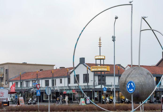 Niet alleen de meeuwen houden de situatie in de gaten bij winkelcentrum Tweelingstad. Aan twee lichtmasten heeft de gemeente camera's opgehangen. Dat lijkt effect te hebben.