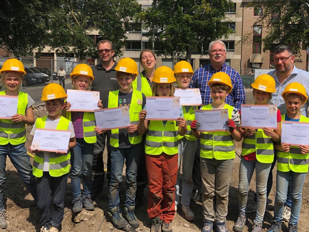 De kinderen krijgen hun diploma.