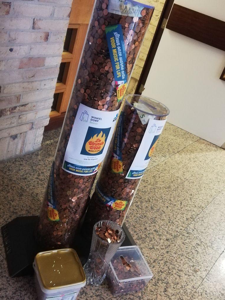 De glazen kokers in het gemeentehuis bleken niet toereikend voor het stockeren van alle rosse centjes die werden ingezameld.