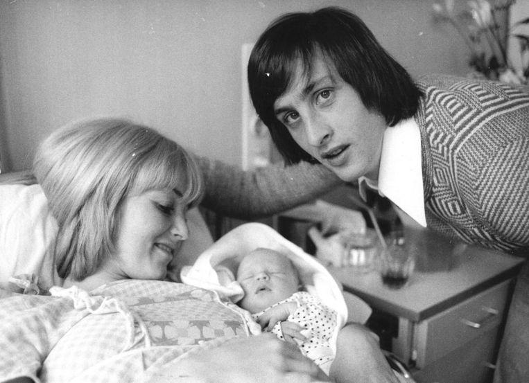Danny en Johan bij hun pasgeboren zoon Jordi. Beeld Anp