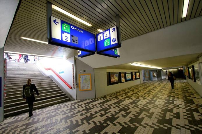 Het tegelpatroon was door het hele oude station doorgetrokken. Bijvoorbeeld als vloer in de oude toegangstunnel naar de perrons. Die tunnel is inmiddels gesloopt.