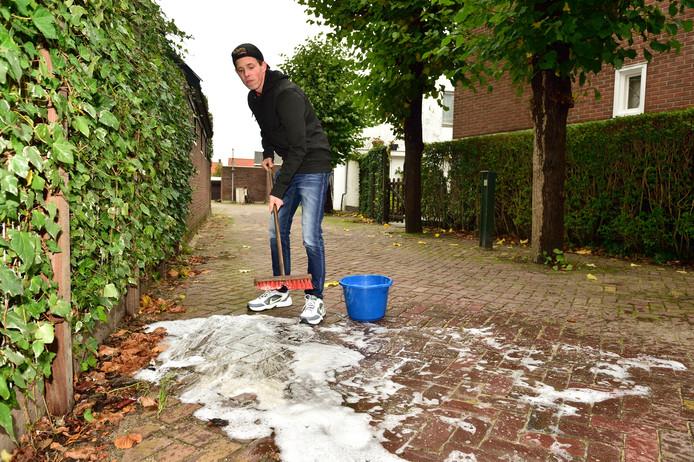 Alex Langhorst is het helemaal zat dat wildplassers zijn straat als urinoir gebruiken. De gemeente moet gewoon zorgen voor gratis toiletten, vindt hij.