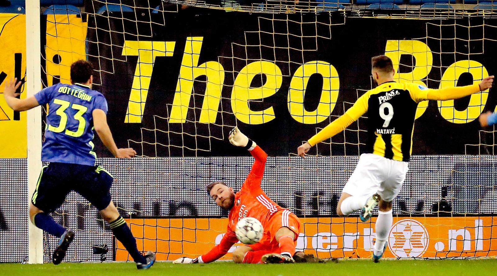 Nick Marsman (Feyenoord) stopt de penalty van Tim Matavz (Vitesse). Dit duel eindigde in 0-0.