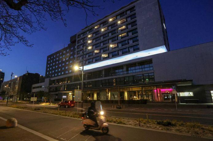 Eindhoven Hotel Pullman aan de Vestdijk ging tijdens de coronacrisis een tijdje dicht. Met een hart van lichtjes werd het zorgpersoneel bedankt.