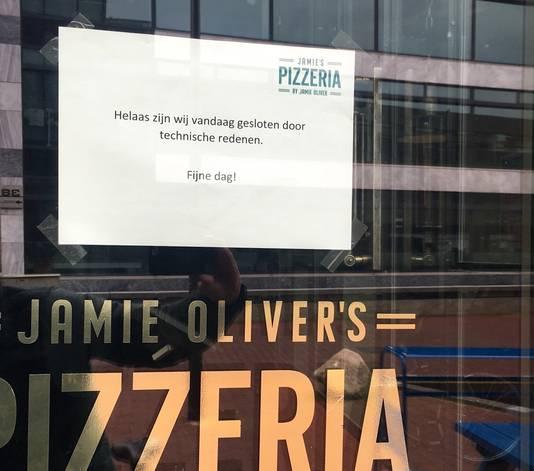 Jamie Oliver's Pizzeria in Arnhem. Bezoekers stuitten gisteren op bijgaande mededeling.
