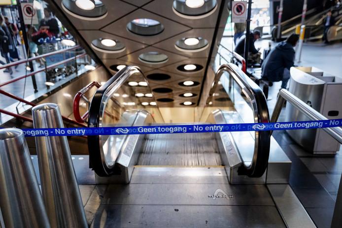 Afgesloten perron op station Schiphol.