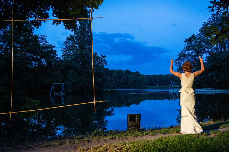 De muziek wordt door het water ver het bos in gedragen. Beeld foto: Moon Saris