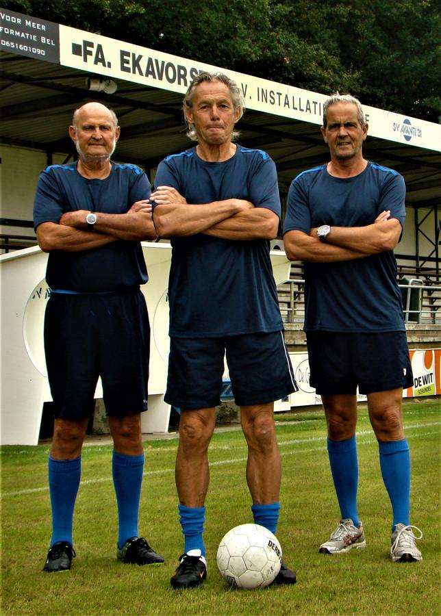 De drie spelers van Team Meierijstad die zijn geselecteerd voor het Brabantse team dat deelneemt aan een multicultureel toernooi in Leeuwarden. Links initiatiefnemer Wim Vermeulen uit Schijndel.
