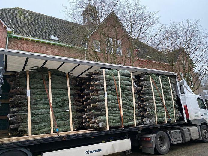 De kerstbomen voor het 'Piek-up' evenement arriveren op Fort Isabella.