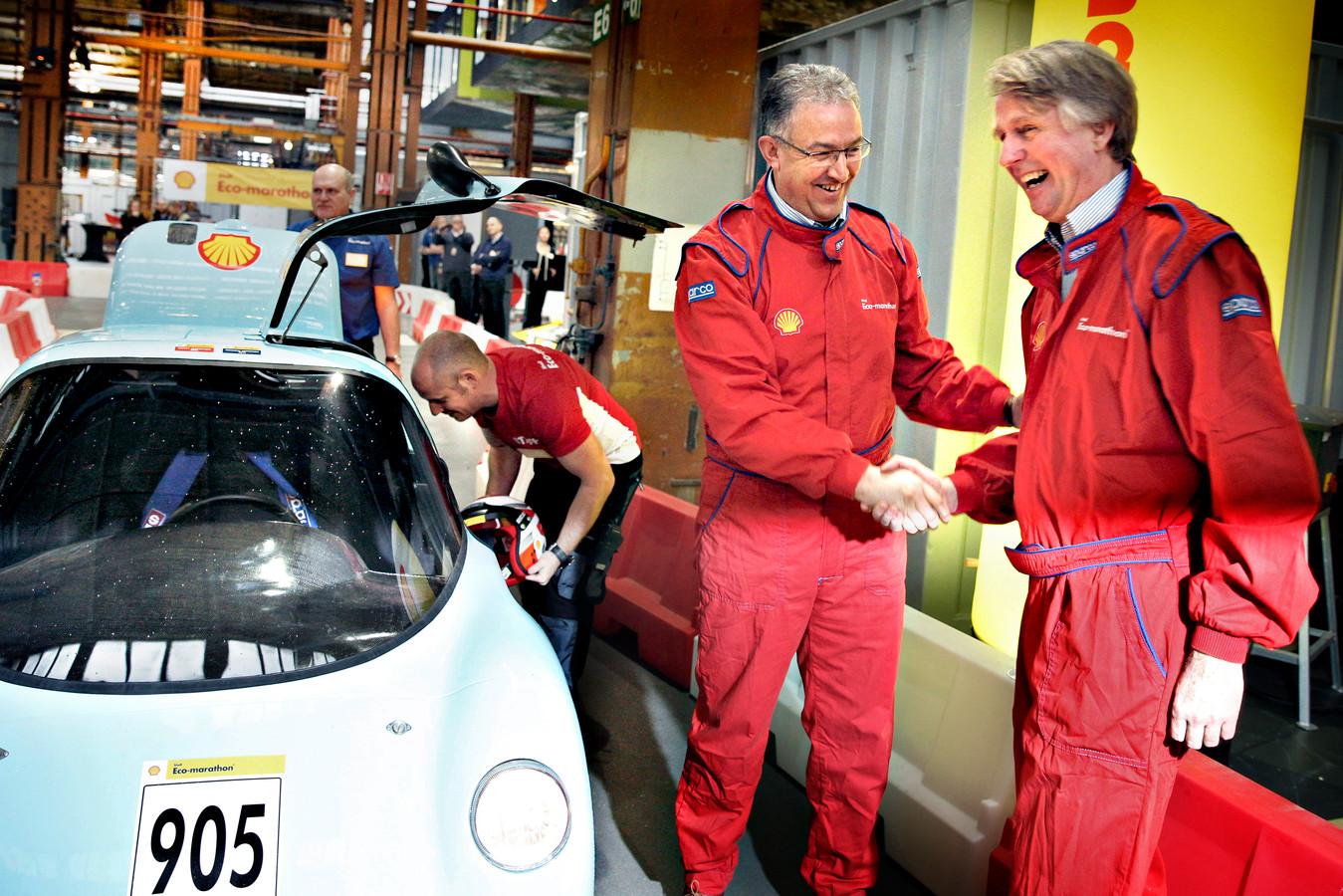 Met Rotterdamse burgemeester Ahmed Aboutaleb trapt Shell Nederland baas Dick Benschop in 2014 de Shell Eco-marathon Europa af op de RDM campus te Rotterdam.