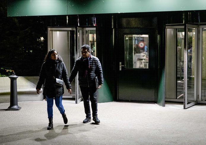 Gedupeerde ouders in de kinderopvangtoeslagaffaire verlaten De Broodfabriek na een gesprek met premier Mark Rutte en minster Wopke Hoekstra (Financiën).