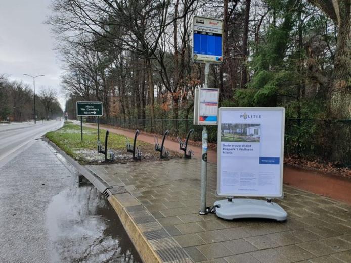 In de buurt van Bospark 't Wolfsven in Mierlo zijn stoepborden geplaatst met een extra getuigenoproep in de zaak rond een 48-jarige Eindhovense vrouw die op 14 februari dood werd gevonden in een chalet op het vakantiepark.