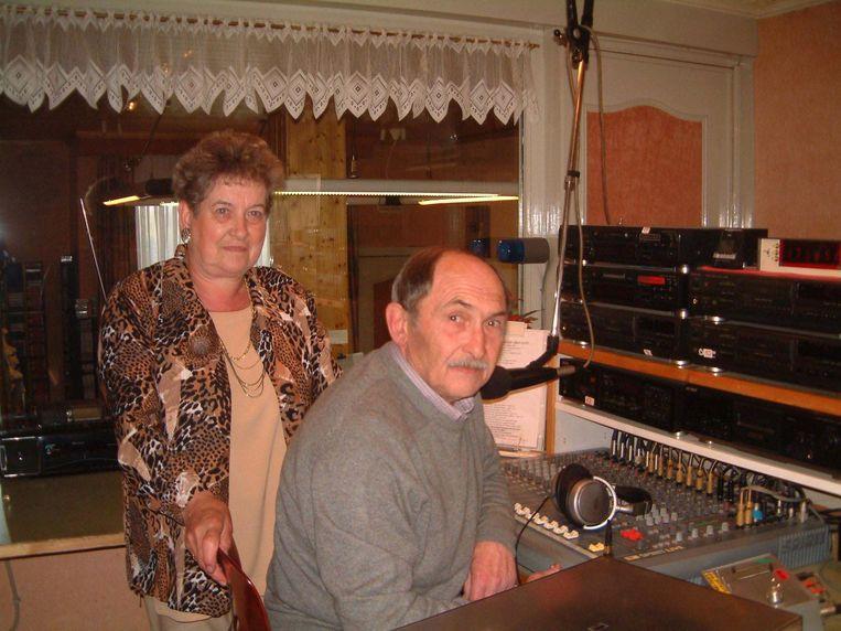 Simone Demerie en wijlen Eric Rogé aan het werk in de studio's van Radio Gaveromroep, hun tweede thuis.