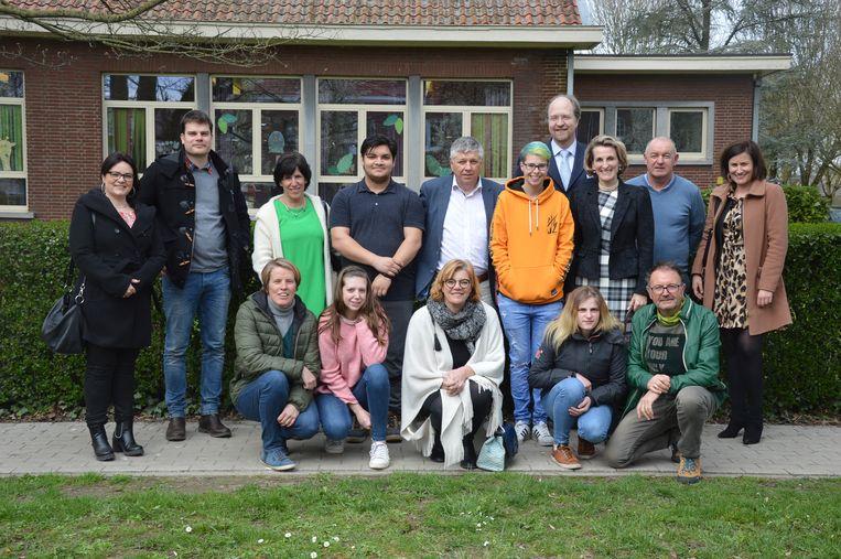 Minister Jo Vandeurzen met vertegenwoordigers van onder meer Levenslust, de stad Ninove en enkele jongeren.