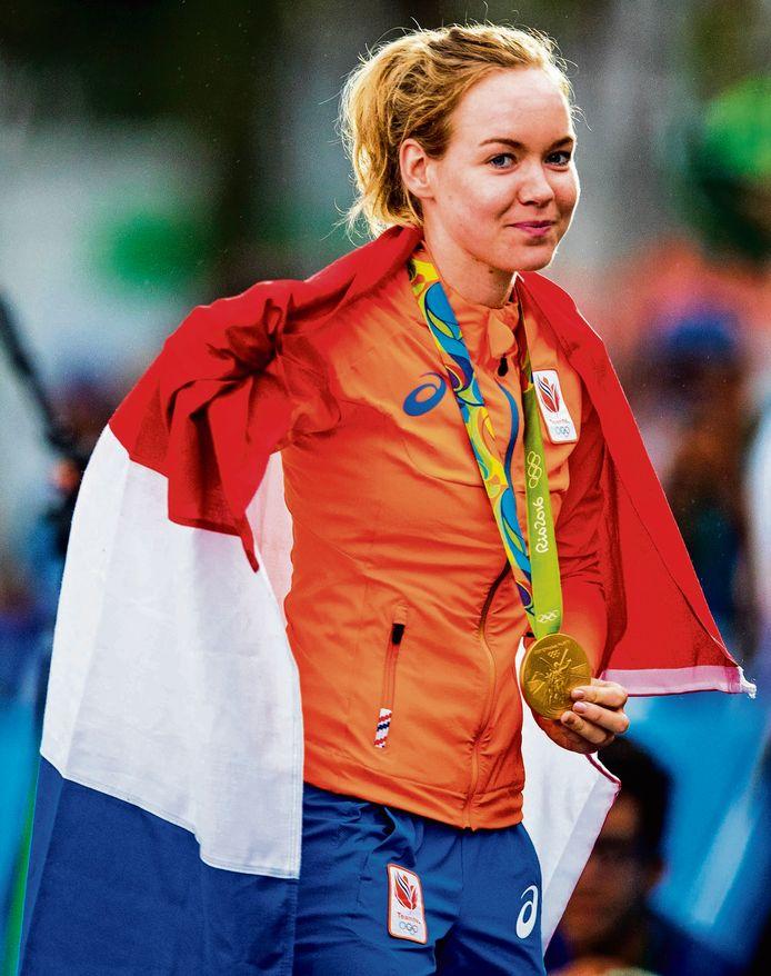 Anna van der Breggen met haar gouden medaille in Rio in 2016.