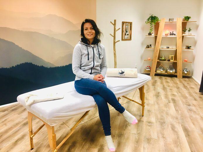 Sanne van den Berg in haar massagesalon.
