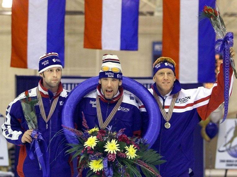 Milwaukee 2000: Gianni Romme met zijn gouden medaille op de WK allround. Links Ids Postma en rechts Rintje Ritsma Beeld ANP