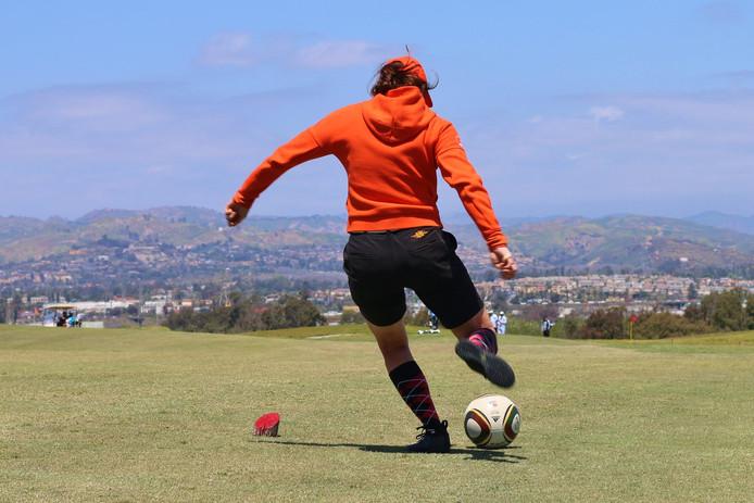 FootGolf-speelster Nienke Spaan in actie tijdens een toernooi in Oxnard  in Californië.