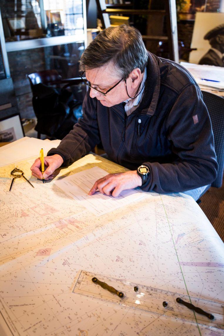 Paul Schol werkt een kaart bij. Beeld Tammy van Nerum
