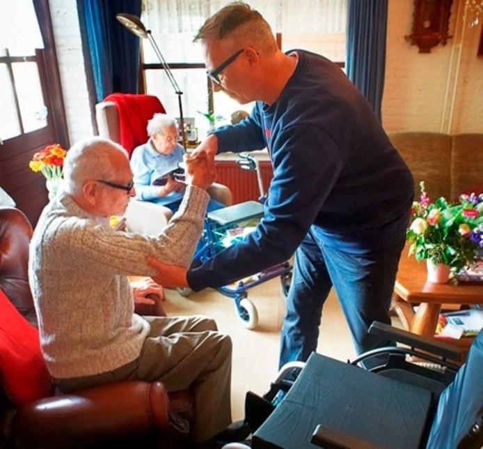 Paul Tesser helpt zijn hoogbejaarde vader Jaap (92).