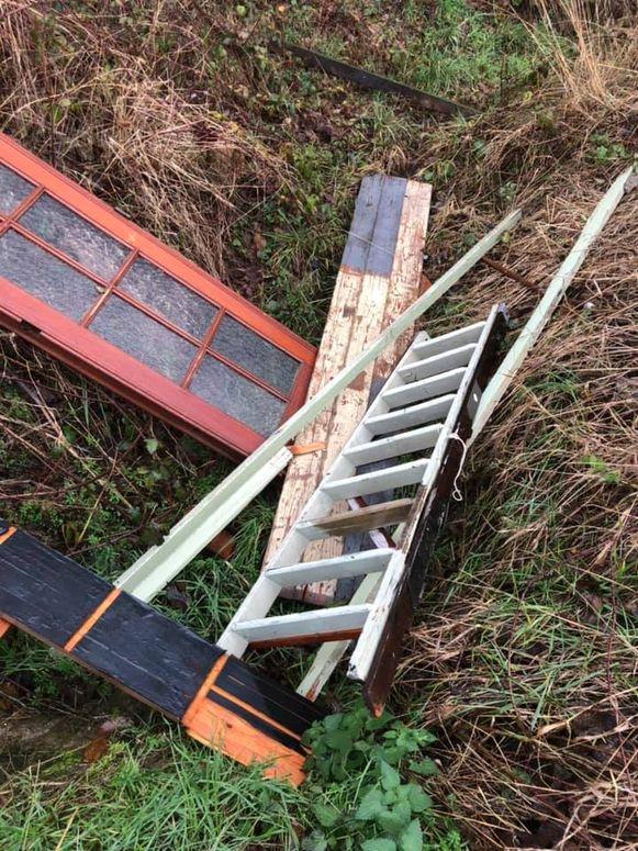 Onder meer een deur en een ladder werden in het veld gedropt.