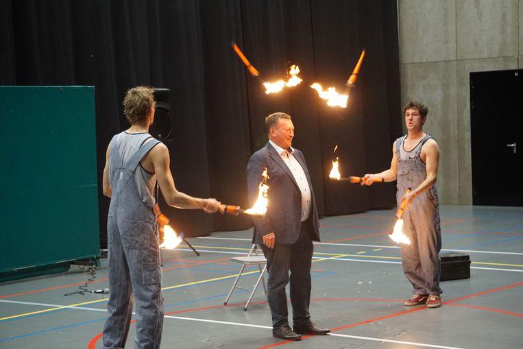 Uittredend burgemeester Karl Bonny (CD&V) moest roerloos blijven staan terwijl acrobaten vuurkegels rakelings langs z'n hoofd gooiden.