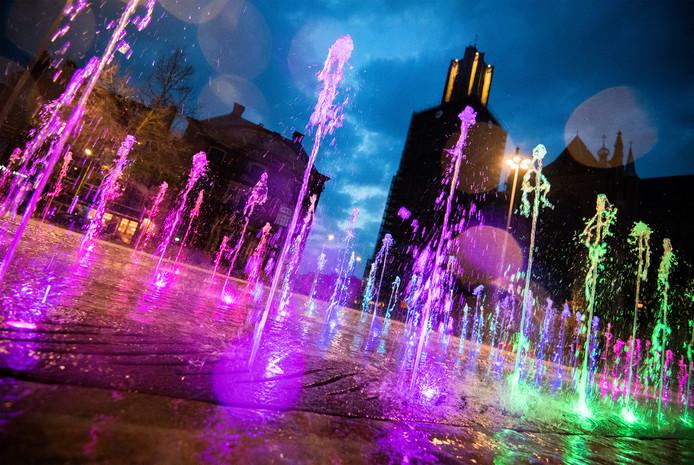 Fonteinen in regenboogkleuren in Arnhem op archiefbeeld.