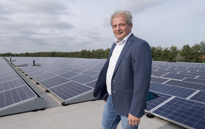 Peter Bos op het dak van Texperium, het voormalige Frankenhuis, dat onder zijn leiding omschakelde naar duurzaam ondernemen. Het dak ligt vol zonnepanelen.