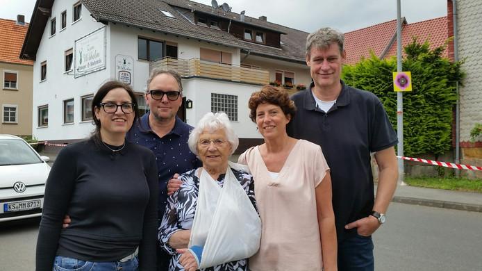 Bredase familie Van Campenhout en Van der Zee (Astrid, Jürgen, Jeanne, Petra en Astrid) vertrekt met moeder naar Duitsland om daar een pension te beginnen.
