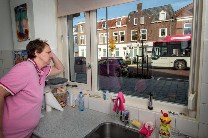 Anouschka de Roos vanuit haar keuken aan de Daalseweg.