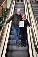 Josey McDonald en echtgenoot Alex Kerpentier verlaten het stadskantoor van Nijmegen met het formulier dat haar Nederlanderschap bevestigt.