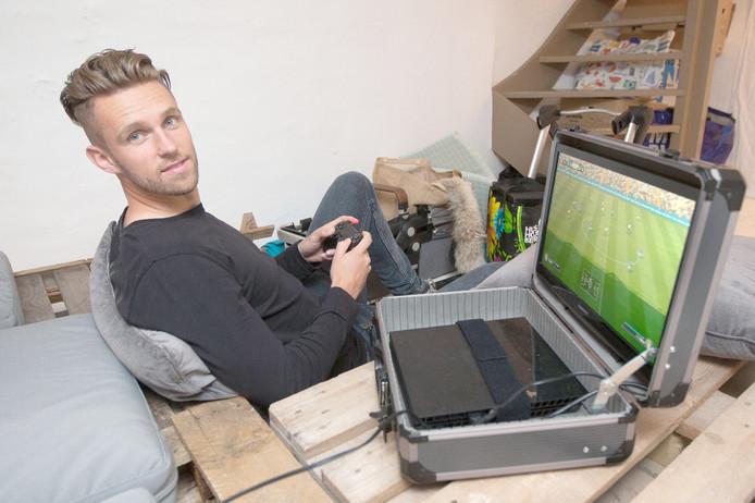 Leon de Kogel van Go Ahead Eagles heeft altijd zijn speciale gamekoffer mee. Hij popelt om FIFA 17 te spelen.