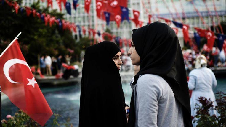 Twee vrouwen staan bij het stadhuis in Istanbul. Beeld afp