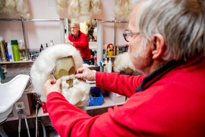 Vijftig baarden hangen klaar bij Grime-atelier Bessels.