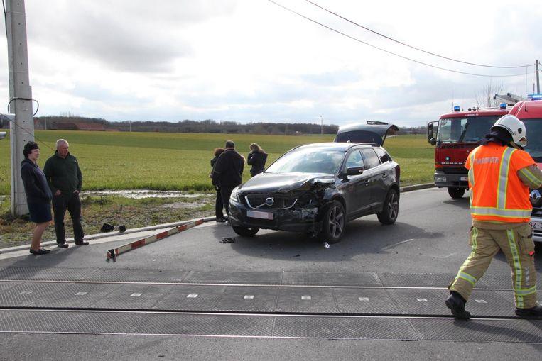 De auto reed achteruit nadat moeder en dochter waren uitgestapt, waardoor de slagboom werd afgebroken en de schade aan de wagen beperkt bleef.