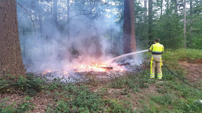 Brandweer blust brand in Groesbeek.