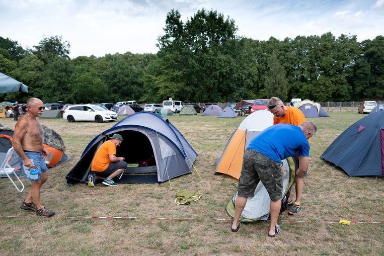 Wandelaars voor de Dodentocht stromen toe op de camping aan de abdij