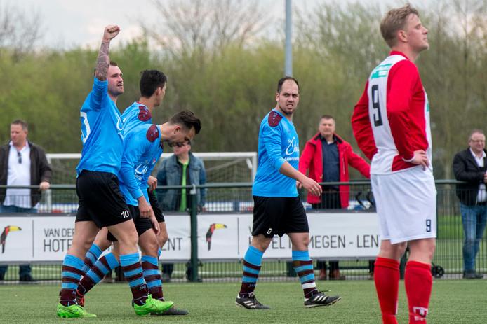 Wesley Mortier (uiterst links) juicht na zijn doelpunt.