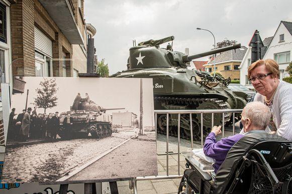 De eerste Poolse tank aan café 't Rustoord. Toen en nu.
