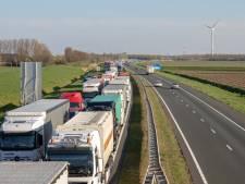 Drie vrachtwagens botsen op elkaar op A58 in Breda, flinke files in beide richtingen
