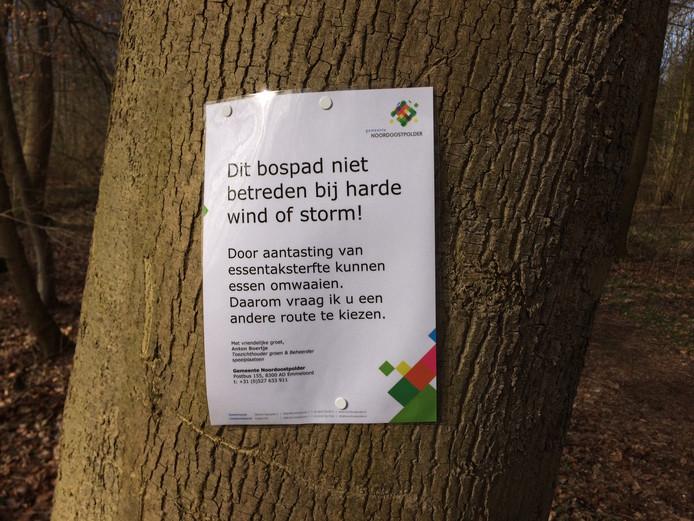 Pamfletten waarschuwen voor het risico op omvallende bomen bij harde wind.