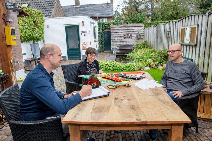 Leon van Rooij, Tessa van Doorn en Frank van den Brand (vlnr) brainstormen over alternatieven voor het Papgatse carnaval.