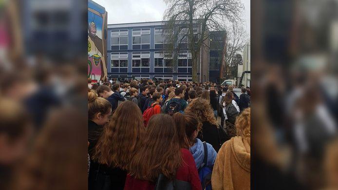 Protest op het schoolplein van het Christelijk Lyceum Veenendaal na ophef over een tv-programma van RTL