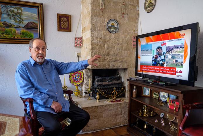 Ibrahim Al-Baz houdt zijn televisie nauwlettend in de gaten om geen nieuws uit Gaza te missen.