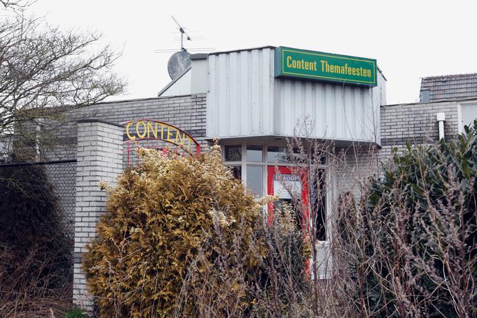 Op het terrein van Content Themafeesten aan de Westerweg in Beerzerveld mag vastgoedeigenaar Hutten maximaal zes woningen realiseren.